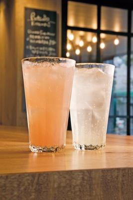 女性に人気のフルーツサワーは、「レモン」(右・518円)以外に、季節に合わせた1、2種が。「Strawberryサワー」(左・518円)は春まで/RUTSUBO KITCHEN 肥後橋店