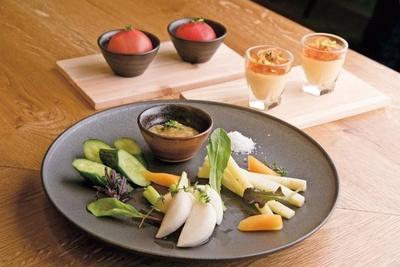 【写真を見る】産地から届く野菜を使った彩り豊かなアテメニューが充実/RUTSUBO KITCHEN 肥後橋店