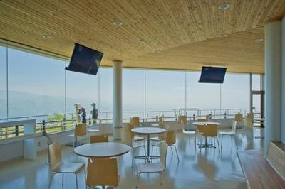 きじひき高原(パノラマ展望台)/屋内展望施設には休憩スペースやトイレも