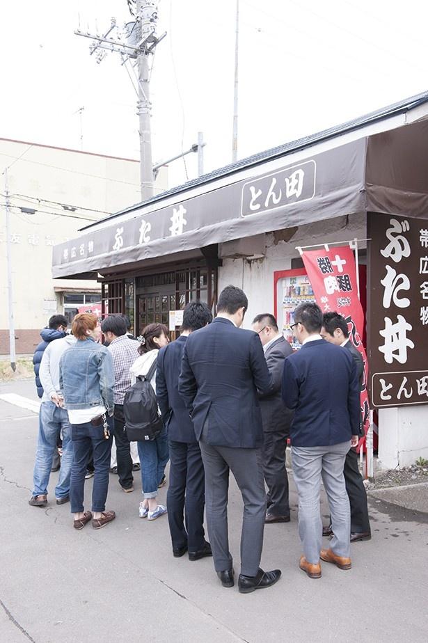 ぶた丼のとん田/外観 週末や連休はもちろん、平日でも昼時には時折行列が