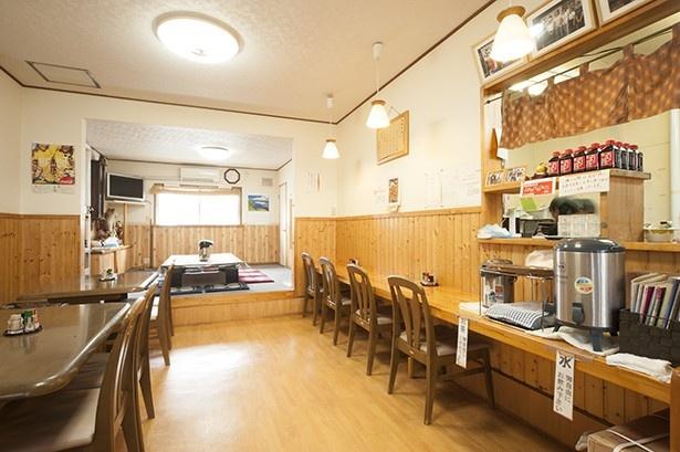 ぶた丼のとん田/内観 これまでに訪れた有名人のサインが、店内の壁にずらりと並ぶ
