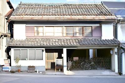 長野県長野市、善光寺から徒歩1分の場所にできたゲストハウス「DOT HOSTEL NAGANO」。築100年を超えた元旅籠の建物をリノベーションして宿に。オーナーは東京からの移住者