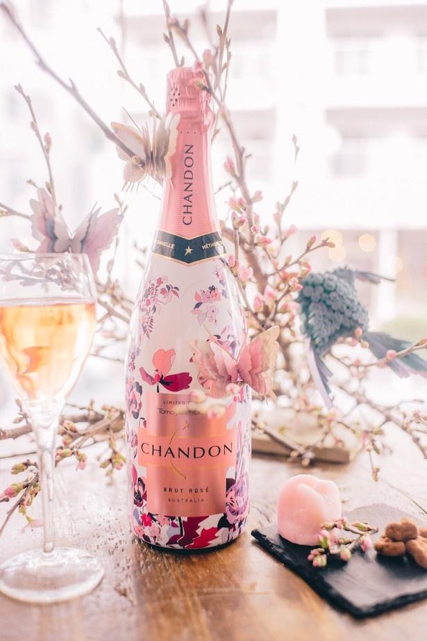 【写真を見る】オーストラリアのプレミアム スパークリングワイン「CHANDON」より毎年恒例、 シャンドン ロゼの「お花見CHANDON」