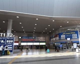 リニューアルされたJR関西空港駅の「みどりの窓口」(右)