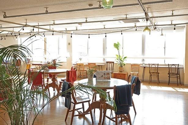 外光が射し込む明るいカフェスペースも広々。ペットもOKな屋上テラスもあり、本州へと続く明石海峡大橋が一望できる/cafe & select shop La mer