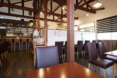 高い天井の開放感な店内/Boulangerie et Café Poche