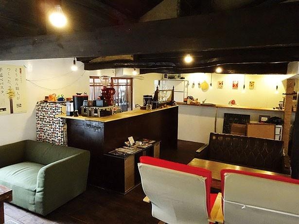 梁(はり)を生かしたモダンな空間ではキュートな雑貨も販売/waffle&coffe ふくカフェ