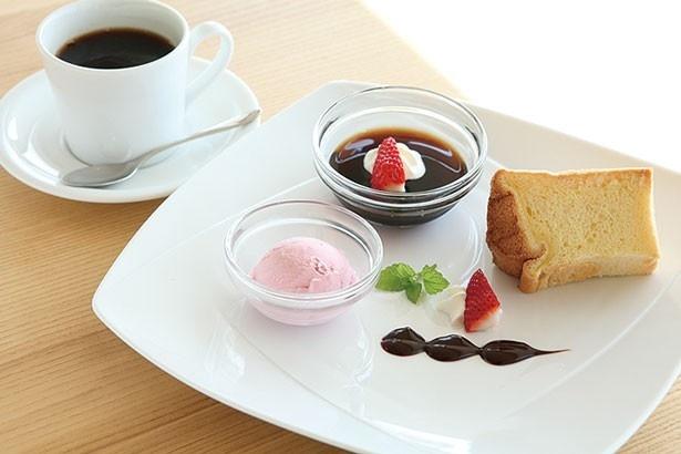 自家製シフォンケーキにコーヒーゼリーやアイスクリームが付く「ケーキセット」(850円)/café Marukou