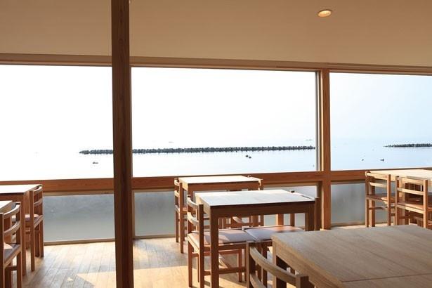 西側一面に窓を配した開放的なフロア。空気が澄んでいれば、小豆島など穏やかな播磨灘に点在する瀬戸内の島々までくっきりと見渡すことができる/café Marukou