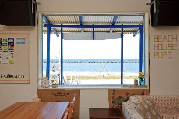 「ポピシップ2号機」からはもちろん、店内からも玉砂利が美しい新五色浜が眺められる/Beach House popi