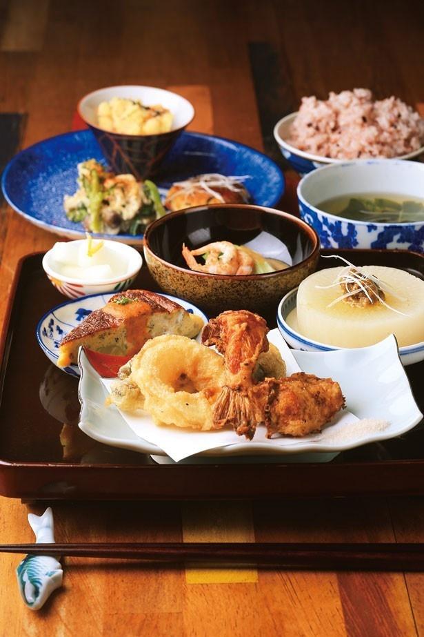 「島のごちそうランチ」(1500円)。生田産の古代米に汁物、前菜、わけぎのぬた和えなどの小皿料理と、素朴なメニューが並ぶ/島のごちそう。古民家カフェと宿 淡