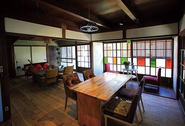店内はレトロモダンな雰囲気。ステンドグラスはオーナーの知人のアーティストによる作品。畳の大広間もある/島のごちそう。古民家カフェと宿 淡