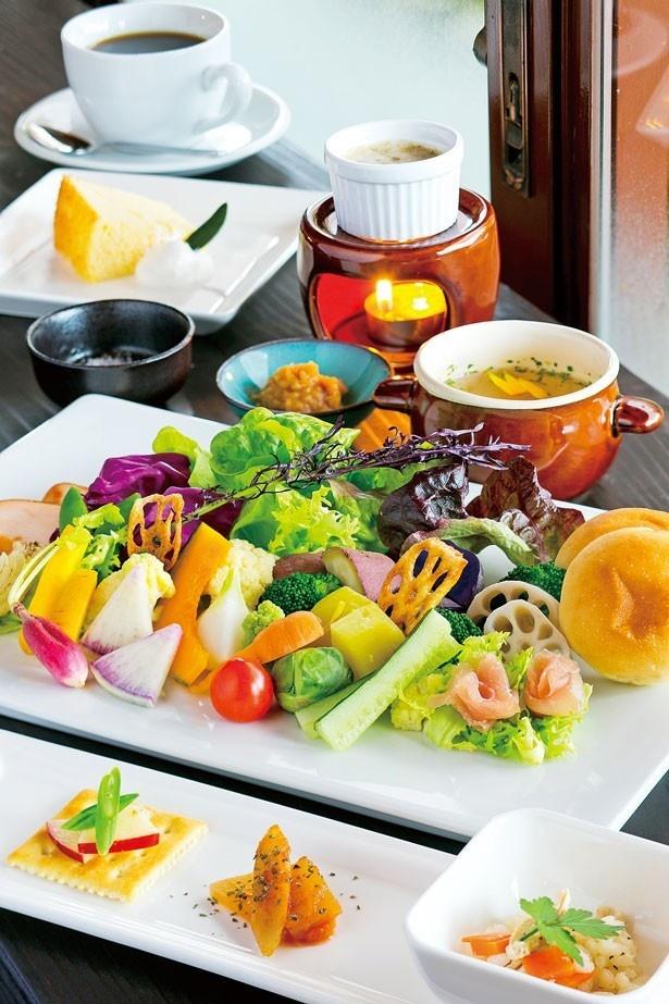 「季節の八十八屋ランチ」(1600円)。野菜中心の前菜3種、野菜をバーニャカウダと季節のソースで味わうプレート、スイーツ、ドリンク、スープがセット/農Cafe 八十八屋/