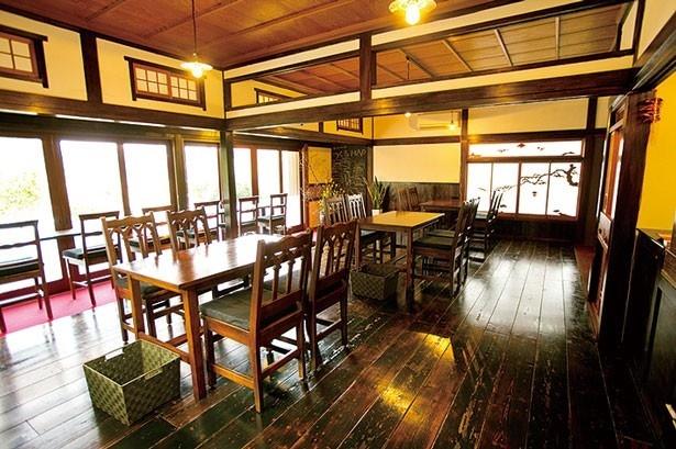 ジャズが流れる店内は、古民家をすべて手作りで改装してモダンな空間に。窓からは四季を感じる庭が眺められ、週末のランチタイムは女性客でにぎわう/農Cafe 八十八屋