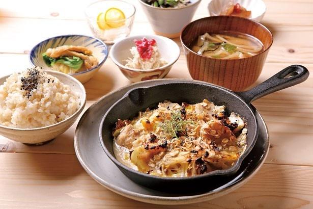 「お野菜定食」(1200円)。里芋と白菜の都美人の酒粕グラタンなど日替りで提供/毎日食堂 淡路島店