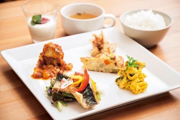 「ワンプレートランチ」(800円)。体に優しい5種類のおかずプレートは、地元野菜をふんだんに使った週替り/Lunch&Cafe AMI♥AMI