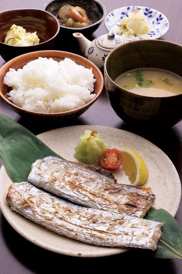 「しあわせ島定食」(900円)。鮮度抜群の地元の魚を使った日替りの料理に、野菜中心の小鉢3品付き/しあわせ島ごはん まどみ