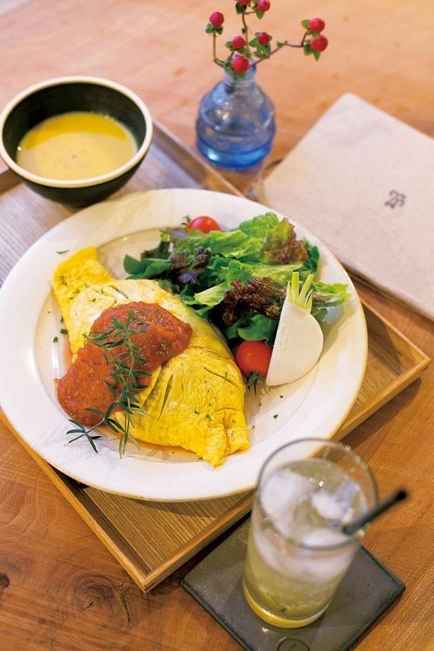 「自家製トマトソースのオムライス」(1200円)。バター醤油風味のライスを、淡路島の「北坂養鶏所」の卵で包んだ一品/233カフェ