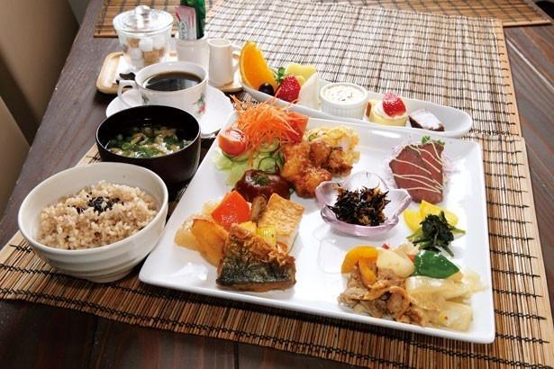 「ロハスプレート」(1080円)。淡路島産の有機・無農薬野菜をふんだんに使用。ご飯は玄米か白米が選べる。デザート・ドリンク付きは+324円/ロハスカフェ