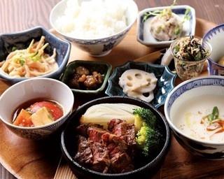 「島定食」(1300円)※要予約。メイン料理のほか7品目以上にご飯が付いて盛りだくさん/VIORIN