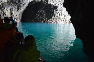青の洞窟クルージング/透明度も抜群の洞窟。ほかにはこんな景色も……