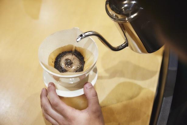 コーヒー豆の準備運動とも呼ばれる、「蒸らし」の工程