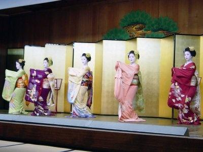美しい京舞を披露。写真の演目は「祇園小唄」