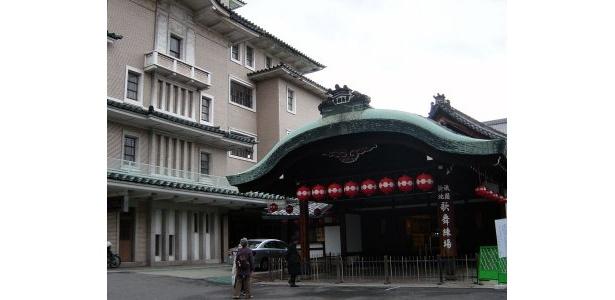 祇園新地・甲部歌舞練場の外観。お茶会の会場である八坂倶楽部は南隣にある