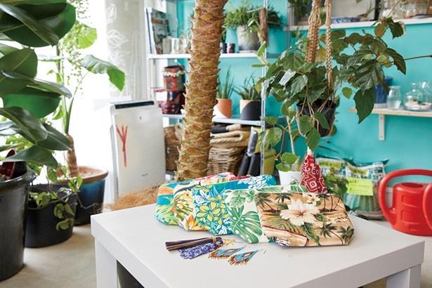 【写真を見る】ハワイで仕入れた布を使ったオリジナルポーチ(1000円)と、ピアス(1200円)