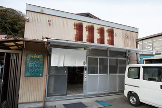 製麺所の入口には、商品の書かれた黒板が