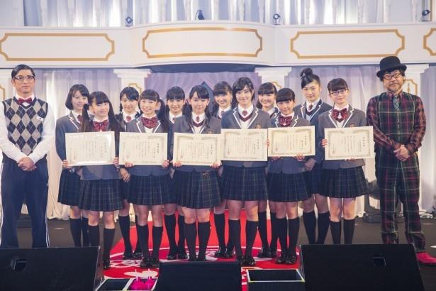 卒業式に臨んださくら学院のメンバー、および森ハヤシ(左端)、倉本美津留(右端)