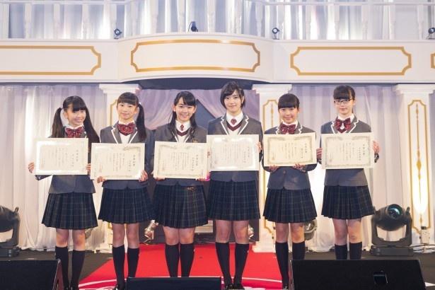 卒業証書を持つ森萌々穂、有友緒心、黒澤美澪奈、倉島颯良、藤平華乃、吉田爽葉香(左から)