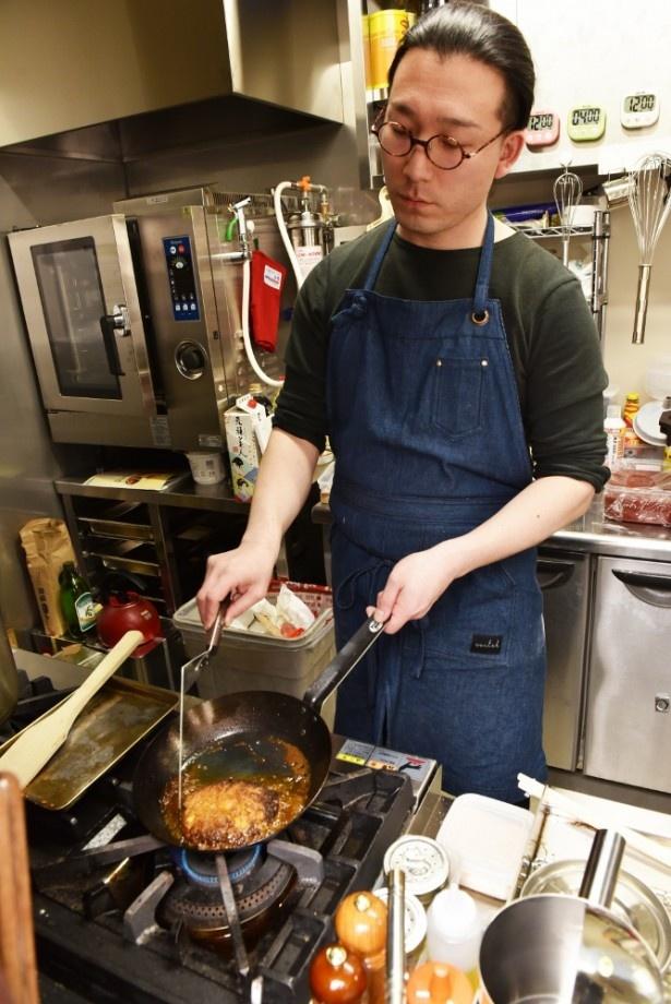 【写真を見る】厨房に立つ黒田さん。フレンチの技法をベースに、独自にアレンジした洋食を作り出す