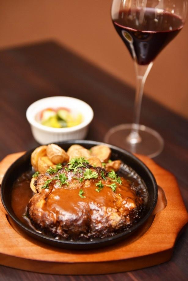 鉄板和牛ハンバーグは赤のビオワイン(グラス450円・税別)と共に。先付けで出される自家製ピクルスも美味しい