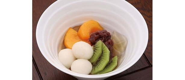 蕎麦茶房 楽の「お蕎麦屋さんのあんみつ」は、すっきりとした味わいの白みつをかけて、蕎麦の風味を味わおう
