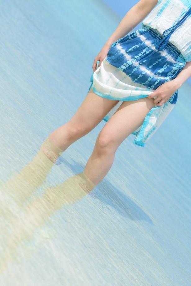 """白い砂浜に透き通るような海と""""ふともも""""が織り成す芸術作品"""