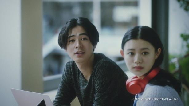 仲のいい同僚を演じる成田(左)と杉咲(右)