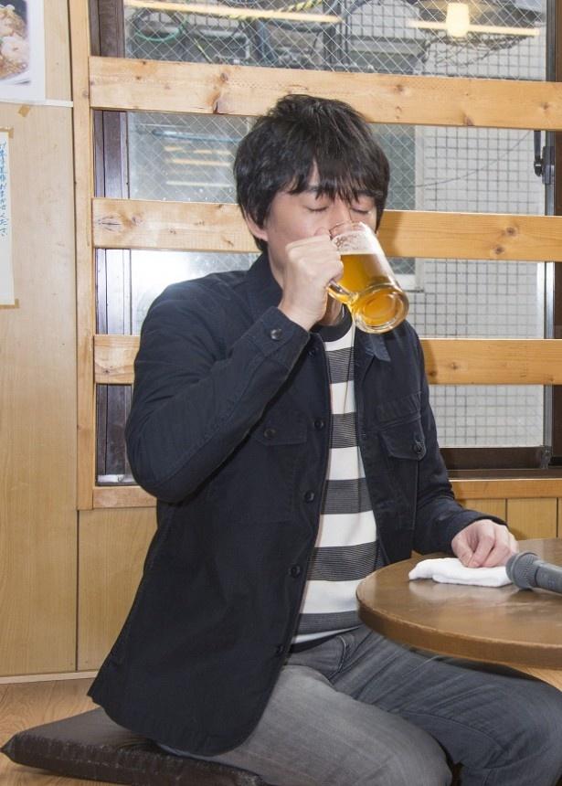 【写真を見る】目を閉じてじっくり酒を味わう博多大吉…おいしそう!