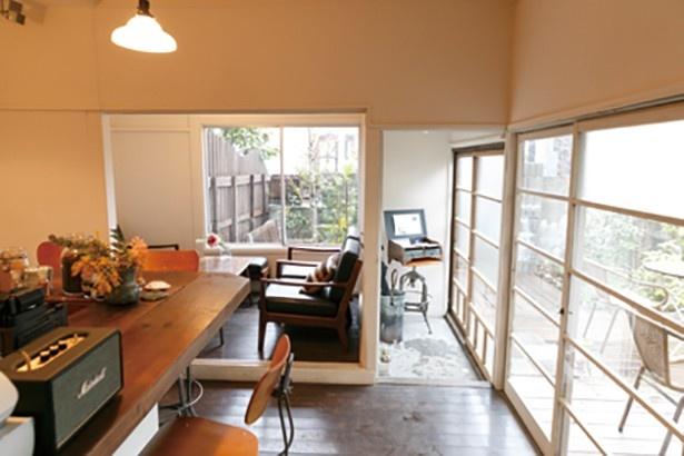 福日和カフェは、白を基調とした店内でカウンターやソファ席がある。手前側にも、もうひと部屋あり、外にはテラス席も