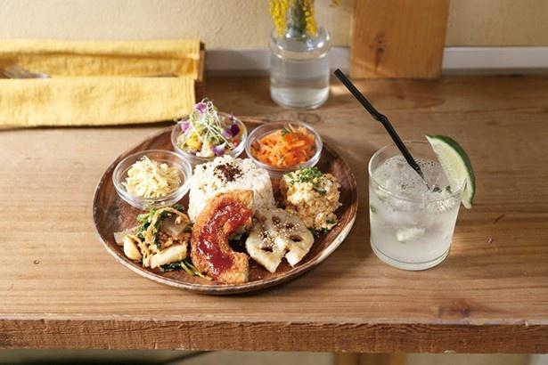 「有機玄米と6品のお惣菜プレート」(1400円)は季節と食材により、惣菜が日替わり。ドリンクは「チアフレスカチアシードライム」(640円)