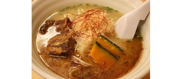 「太ラーメン」は具材盛りだくさん!トロトロ煮込んだ豚の軟骨や生タマネギがポイント
