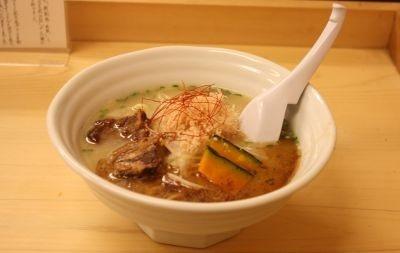 濃厚なスープに太麺がよくからみます