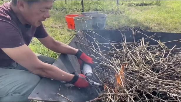 【写真】有機肥料づくりの様子。ぶどうの剪定枝を炭化させている