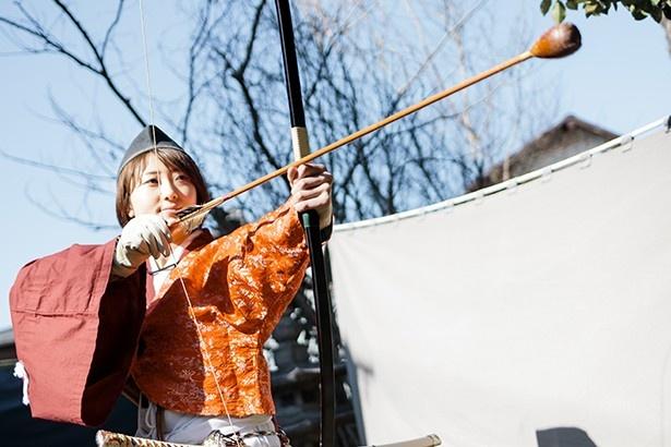 鎌倉武士の装束を着たまま、弓矢を体験
