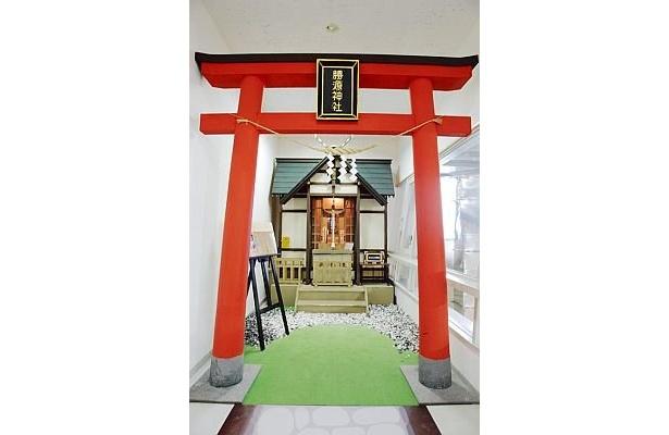 雪印乳業史料館にある「勝源神社」には立派な赤鳥居が!