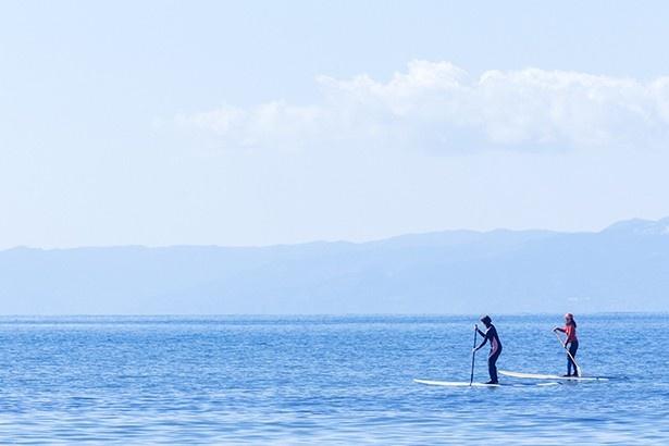 潮風を感じながら、どこまでも続く海の上を水平線に向かってこぎ出す