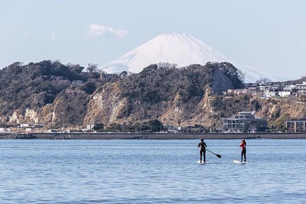 【写真を見る】天気のいい日は稲村ヶ崎の向こうに富士山の姿がはっきり