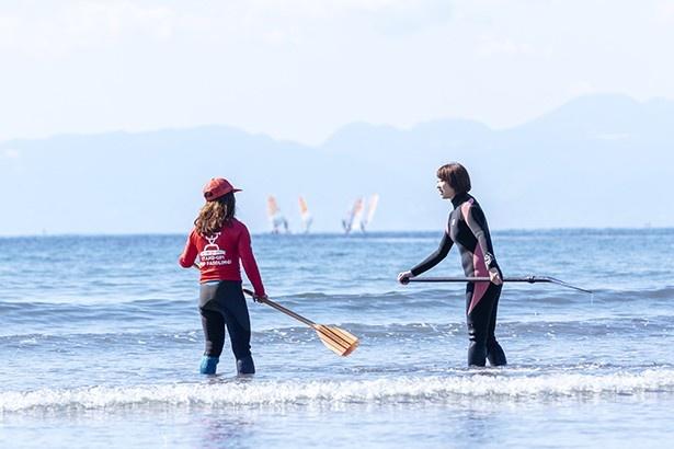 パドルのこぎ方を海の中で練習。丁寧な講習があるのでビギナーでも安心
