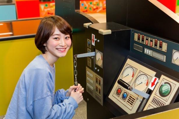 こちらはディーゼル10の裏側。「レバーを引くと警笛のいい音が!ボタンを押すと走行音も流れるので、実際に乗っているような気分になれる」と、吉田さんも楽しそう