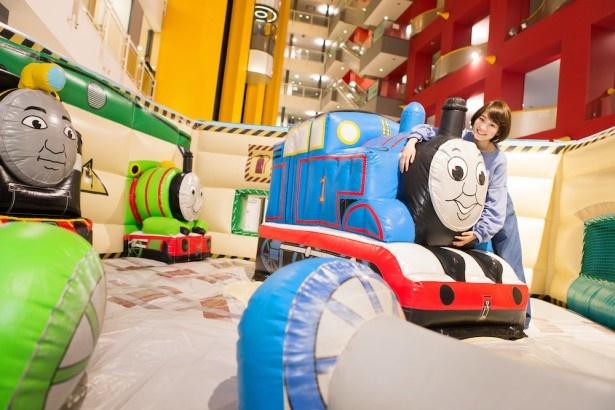 「整備工場ふわふわ」の中には、キャラクターが大集合!写真撮影前にぴょんぴょん跳ねていた吉田さんいわく「思いっきりジャンプしてOK!ふわふわの感触に癒される〜」とのこと